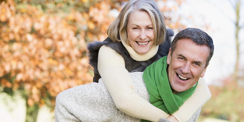 Una donna, felice, gioca con il marito: con la chirurgia, le donne possono recuperare il controllo e una vita attiva dopo l'incontinenza